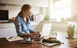 Read more about the article 5 Tips για να βελτιώσετε την στάση σας στο γραφείο ή στο σπίτι 💺