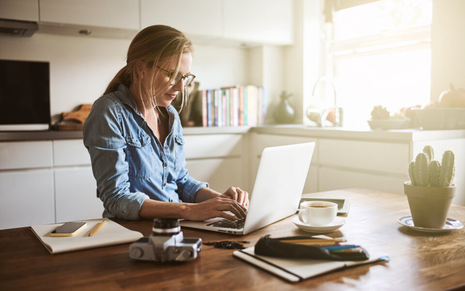 5 Tips για να βελτιώσετε την στάση σας στο γραφείο ή στο σπίτι!